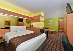 Microtel Inn & Suites by Wyndham Ft. Worth North/At Fossil - Fort Worth - Bedroom