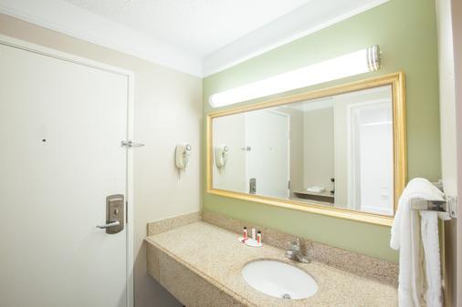 Baymont by Wyndham Texarkana - Texarkana - Bathroom