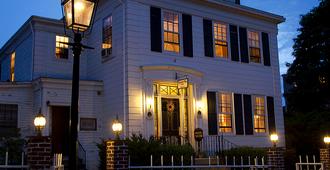 Historic Hill Inn - Newport - Building