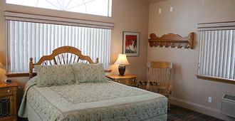 Hi-Lo Motel, Cafe and RV Park - Weed - Bedroom