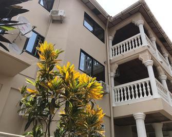Ishmajoso Lodge - Freetown - Building
