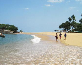 Ishmajoso Lodge - Freetown - Strand