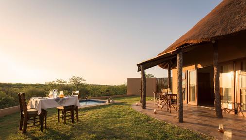 Mopane Bush Lodge - Linton - Patio