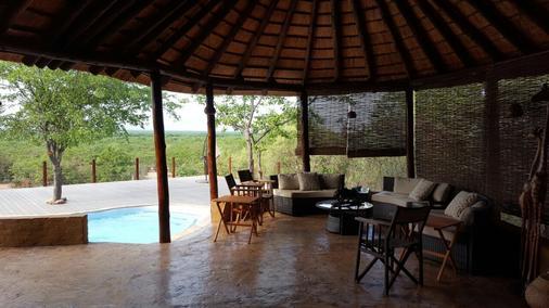 Mopane Bush Lodge - Linton - Lounge