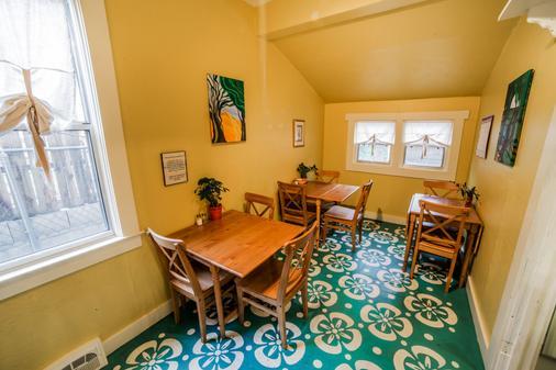 House in The Pines Hostel - Prescott - Phòng ăn