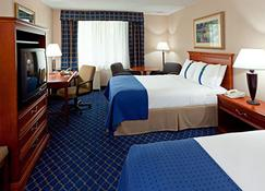 Clarion Hotel & Conference Center - Ronkonkoma - Bedroom