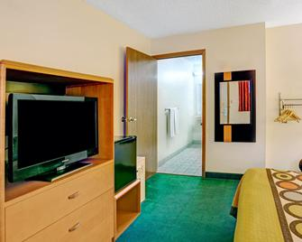 Super 8 by Wyndham Westlake/Cleveland - Westlake - Bedroom