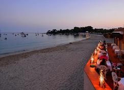 Palm Beach Hotel - อาฌักซีโย - ชายหาด