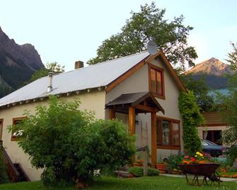 Charlie's Guesthouse - Field - Building