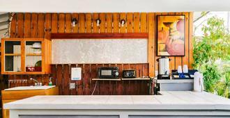 Seashell Motel and International Hostel - Key West - Front desk