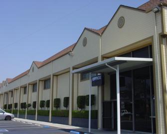 La Casa Inn - Whittier - Building
