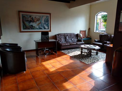 Chez Les Rois Bed And Breakfast - Manaus - Living room