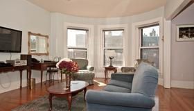 The Gryphon House - Boston - Living room
