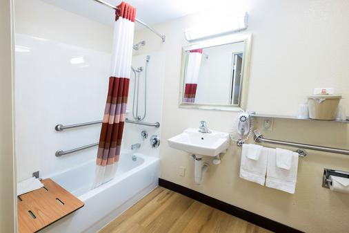 Red Roof Inn Detroit - Warren - Warren - Bathroom