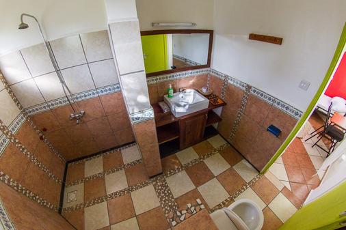 We Travel Hostel - Moshi - Bathroom