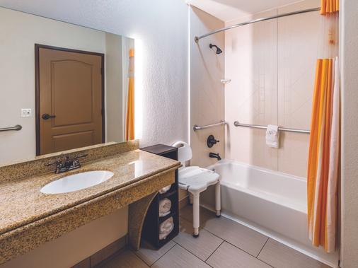 La Quinta Inn & Suites by Wyndham Dallas Grand Prairie South - Grand Prairie - Bathroom