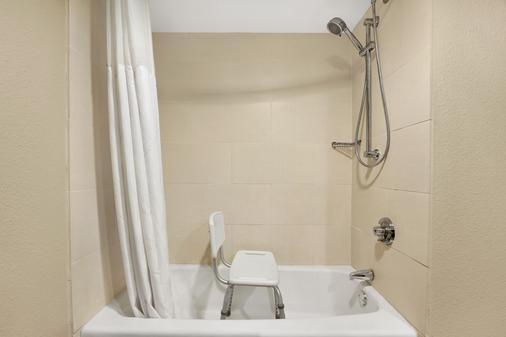 Wingate by Wyndham Richardson/Dallas - Richardson - Bathroom