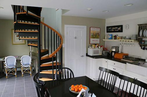 Howland House Inn - Newport - Kitchen