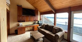 Embarcadero Resort - Newport - Living room