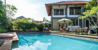 RedDoorz Hostel near Garuda Wisnu Kencana 2 - Νότια Κούτα - Πισίνα