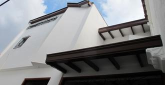 Hostal La Petite House - Cali - Building