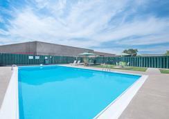 Days Inn by Wyndham West Rapid City - Thành phố Rapid - Bể bơi