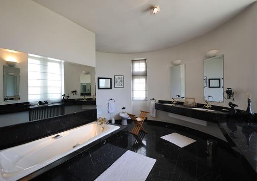 Château Pape Clément - Bernard Magrez Luxury Wine Experience - Pessac - Bathroom