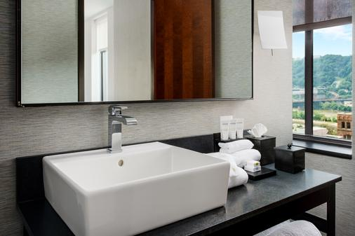 Distrikt Hotel Pittsburgh, Curio Collection by Hilton - Pittsburgh - Bathroom