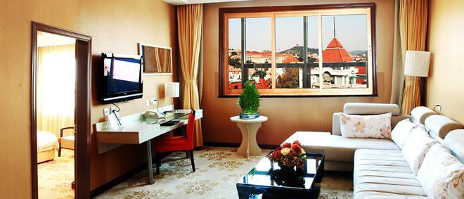 Qingdao Huaneng Hotel - Qingdao - Living room