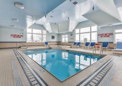 Four Points by Sheraton Barrie - Barrie - Bể bơi