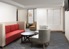 Holiday Inn Express & Suites College Park-University Area - College Park - Lobby