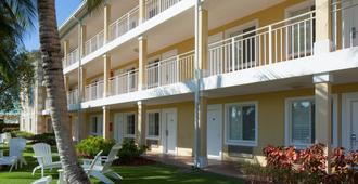 Sunshine Suites Resort - West Bay