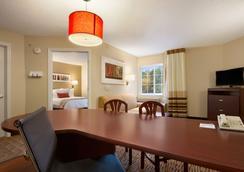 Hawthorn Suites by Wyndham Chicago Schaumburg - Schaumburg - Makuuhuone