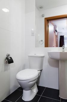 OYO Arinza Hotel - Ilford - Μπάνιο
