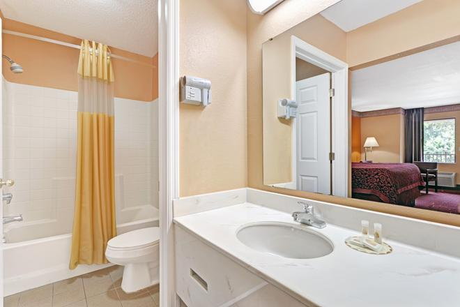 Days Inn by Wyndham Daytona Beach Downtown - Daytona Beach - Bathroom