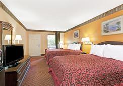 Days Inn by Wyndham Daytona Beach Downtown - Daytona Beach - Bedroom