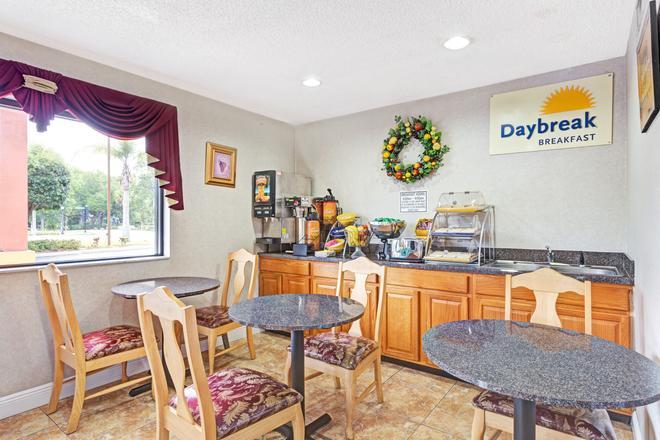 Days Inn by Wyndham Daytona Beach Downtown - Daytona Beach - Buffet