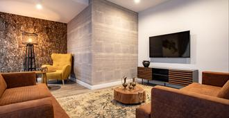 Kanopian Penthouse Hotel - Braşov - Living room