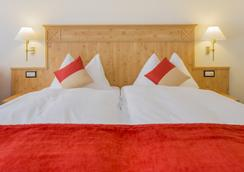 Typically Swiss Hotel Täscherhof - Taesch - Bedroom