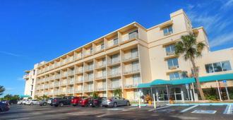 Howard Johnson by Wyndham St. Pete Beach FL Resort Hotel - Saint Pete Beach - Building