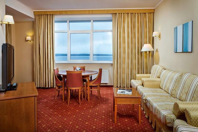 Cosmos Petrozavodsk Hotel - Petrozavodsk - Living room