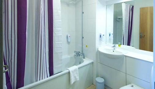 Premier Inn London Gatwick Airport - Manor Royal - Crawley - Bathroom