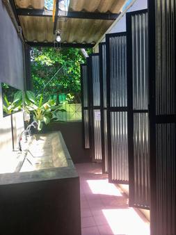 Vitamin Sea Hostel Phuket - Phuket City - Bathroom
