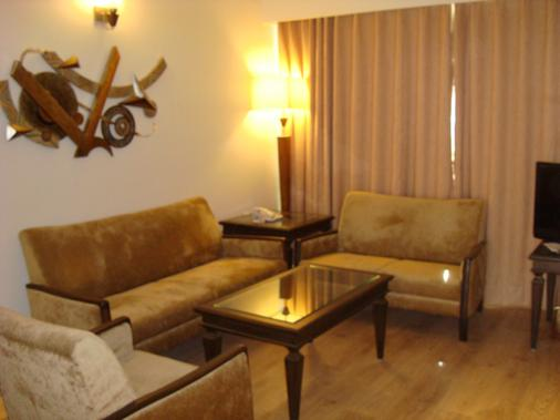 The President - A Boutique Hotel - Ahmedabad - Living room