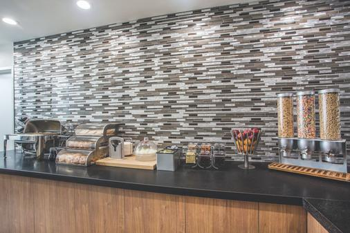 La Quinta Inn & Suites by Wyndham Winchester - Winchester - Buffet