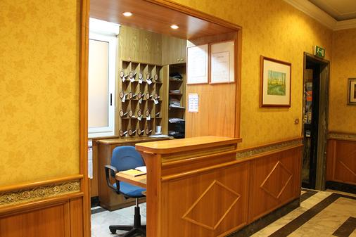 Hotel Fiori - Rome - Front desk