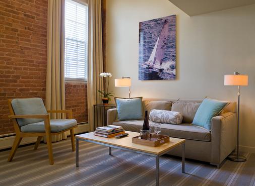 Mill Street Inn - Newport - Living room