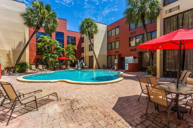 Red Roof Inn St Petersburg - Clearwater/Airport - Clearwater - Pool