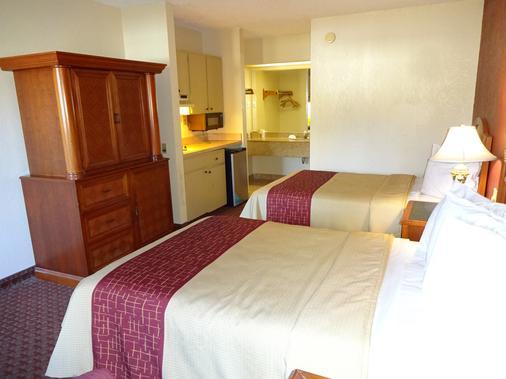 Red Roof Inn & Suites Statesboro - University - Statesboro - Bedroom