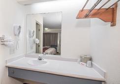 Red Roof Inn Atlanta - Norcross - Norcross - Bathroom